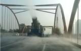 防治道路扬尘,抑尘车上路作业